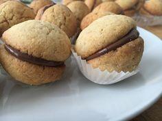 I baci di dama sono dei deliziosi pasticcini friabili alle nocciole farciti con uno strato di cioccolato nella versione senza glutine super golosi.