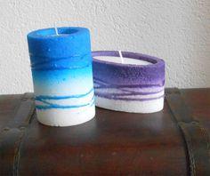 Rolle Blau Kerze & Elipsa Kerze in Violett - beide handgemacht, gibts um nur € 6,00 pro Stück zu bestellen. Perfekt als Dekoration - mehr dazu auf www.kerzenhandel.at Candle Power, Beide, Pillar Candles, Lights, Blue Candles, Dekoration, Ideas, Light Fixtures, Taper Candles