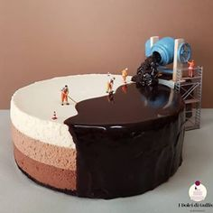 ✔ – This is how bakers make chocolate mirror cake.🍰😁 W… Secret Revealed!✔ – This is how bakers make chocolate mirror cake.🍰😁 We have little helpers. – What do you think? Tag someones who would like to know this secret❤ – Food Cakes, Cupcake Cakes, Fruit Cakes, Food Artists, Pastry Art, Pastry Chef, Crazy Cakes, Cute Cakes, Yummy Cakes