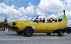 Wow~~~ banana' car, so hungry, it's time to have lunch.