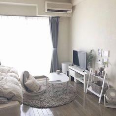 """Sucle(シュクレ)ライフスタイル on Instagram: """"シンプルなワンルームコーデ✨ 落ち着けそうなベージュカラーで揃えられたインテリアは統一感バツグン💭 まさに自分だけの空間としてくつろげそう...🛏 Photo by @moolown @sucle_lifestyle では紹介する写真を募集中💁♀…"""" Room Design Bedroom, Room Ideas Bedroom, Small Room Bedroom, Bedroom Decor, Small Room Interior, Small Apartment Interior, Asian Room, Cute Room Decor, Minimalist Room"""