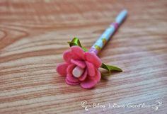 pencil with felt flower Felt Crafts, Diy And Crafts, Arts And Crafts, Stylo 3d, Craft Projects, Projects To Try, Pencil Toppers, Clothes Crafts, Felt Art