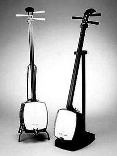 三味線:Shamisen was the most popular Stringed instrument in Japanese medieval period.It has only 3 strings.Mainly players use '撥:Bachi' like a guitar pick.