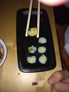 3x vegetarisch eten per week. Vandaag sushi gemaakt met de kids. Dit is Phil zijn derde sushirol.