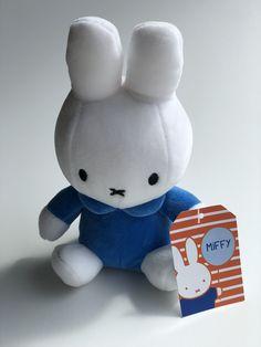 Miffy das kleine Hasenmädchen, bekannt aus zahlreichen Bilderbüchern des Niederländer Dick Bruna. In den Niederlanden ist Miffy bei kleinen Kindern sehr beliebt Nun gibt es Miffy auch als Plüschtier, zum Kuscheln und einfach Liebhaben. Aus kurzem Softwool-Material, weichgefüllt und mit einem gestickten Gesicht. Miffy Lampe, Smurfs, Hello Kitty, Material, Fictional Characters, Art, Popular, Cuddling, Creative Ideas