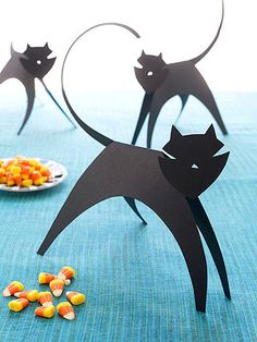 Paper Cats - sleek family of construction paper cats is the purr-fect project for little Halloween crafters. Print out cat template then trace it onto a sheet of black construction paper. Diy Halloween, Halloween Party Decor, Holidays Halloween, Halloween Costumes, Halloween Tricks, Halloween Labels, Halloween Halloween, Halloween Pumpkins, Halloween Makeup