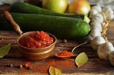 Keczup z cukinii - bardzo łatwy w przygotowaniu, pyszny i gęsty sos, idealny do zapiekanek, pizzy, warzyw czy mięs z grilla. Ketchup, Pickles, Cucumber, Carrots, Vegetables, Cooking, Food, Recipes, Salads