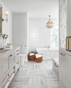 Magnifique salle de bain au décor blanc.