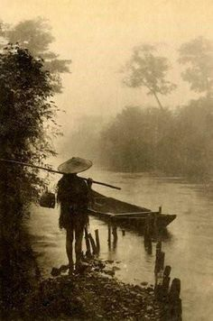 Taisho era 大正時代ごろ. Fisherman in straw cape, with straw hat.