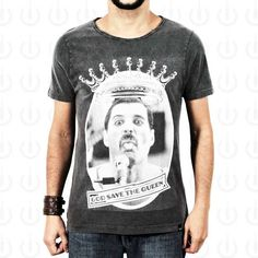 Camiseta Plugging Queen masculina, 100% Algodão, malha estonada fio 30 penteado, na cor pretacom tecnologia anti-pilling eestampa silk toque zero.O design da estampa é inspirado no cantor Freddie Mercury, vocalista da banda Queen.