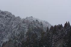 「雪に霞む山間雪に霞む山間」のフリー写真素材