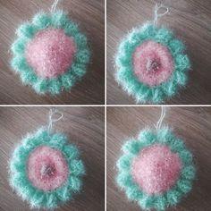 Fleur en laine Bubble rose avec pétales couleur menthe et bouton de la fleur en taupe