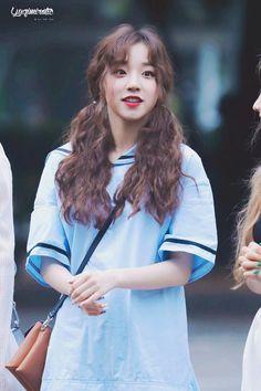 えりさ Curly Asian Hair, Long Curly Hair, Curly Hair Styles, Kpop Girl Groups, Korean Girl Groups, Kpop Girls, Asian Makeup Tips, K Pop, Kpop Wallpaper
