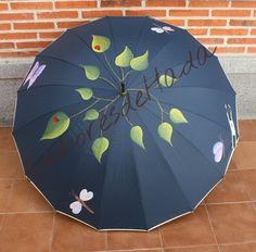 Paraguas azul con hojas, libelulas y mariposas