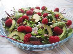 Glad forårssalat med hindbær, avocado og pistacienødder - Kvinners helse tips Food N, Food And Drink, Waldorf Salat, Salad Recipes, Vegan Recipes, Happy Foods, Mini Foods, Food For Thought, Soul Food