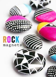 DIY rock magnets Me gusta la combinación b/n con fucsia!