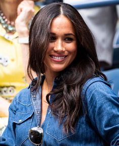 Meghan Markle cuts casual look in denim dress to watch Serena Williams at US Open Serena Williams, Maisie Williams, Prince Harry Et Meghan, Princess Meghan, Harry And Meghan, Princess Diana, Estilo Meghan Markle, Meghan Markle Stil, Alexis Ohanian