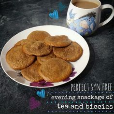 So who doesn't like a little evening of syn free biccie munching? Can't beat a good cuppa tea and biscuits in my opinion. So I set about having a play around with a few experiments. I love the oaty biscuits using my HExB allowance of por Slimming World Deserts, Slimming World Puddings, Slimming World Tips, Slimming World Recipes Syn Free, Slimming Eats, Weetabix Cake Slimming World, Syn Free Desserts, Syn Free Snacks, Slimming World Biscuits