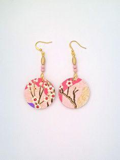 Boucles d'oreilles bois et papier japonais motif fleuri, romantique, rose, or de la boutique GRISSOURI sur Etsy