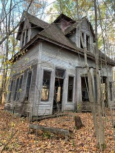 Old Abandoned Buildings, Abandoned Property, Abandoned Mansions, Old Buildings, Abandoned Places, Beautiful Homes, Beautiful Places, Creepy Houses, Spooky Places