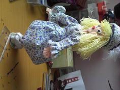 muñeca con rollos de papel higienico, vestido en tela,zapatos con cartón