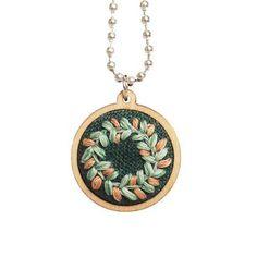 Seppele-kaulakoru #seppele #wreath #kaulakoru #necklace #kirjonta #embroidey #miniembroidery #anniee #annieeleanoora #embroideryjewelry