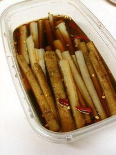我家の常備菜「ごぼうのピリ辛漬け」 ごぼう 1本 ☆めんつゆ(3倍濃縮) 130cc~150cc ☆お酢 50cc ☆赤唐辛子 1本~2本
