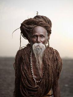 Admirez cette série de puissants portraits d'Indiens qui ont choisi de consacrer leur vie à leur foi