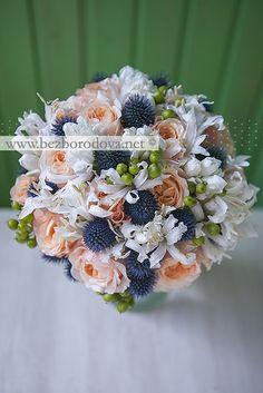 Нежный свадебный букет из персиковых пионовидных роз с зелеными ягодами и синим эрингиумом