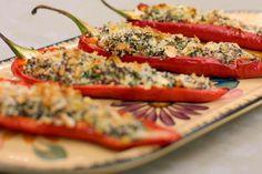 De gevulde (zoete) puntpaprika's zien er frivool uit en ze hebben een milde zuiderse smaak. Presenteer ze als voorgerecht, of - in dubbele hoeveelheden - als volwaardig vegetarisch hoofdgerecht. Serveer er in dat geval een frisse groene salade bij, bijvoorbeeld op basis van karaktervolle rucola. Vegetarian Recipes, Cooking Recipes, Healthy Recipes, Healthy Food, Carb Free Dinners, Couscous, Quinoa Dishes, Quinoa Salat, Food Porn