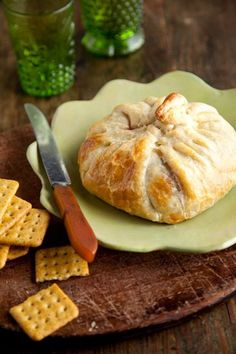 Paula Deen Brie en Croute I also serve it with a honey mustard or some sort of savory jam or chutney! Paula Deen, Yummy Appetizers, Appetizers For Party, Appetizer Recipes, Elegant Appetizers, Easter Recipes, I Love Food, Good Food, Yummy Food
