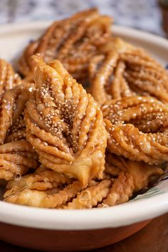 Step by step videorecipe of the Algerian Griwech pastries, a traditional and delicious sweet with orange blossom & honey flavors Algerian Recipes, Algerian Food, Orange Blossom Honey, Around The World Food, Ramadan Recipes, Mediterranean Dishes, Beignets, Food Dishes, Baked Goods