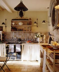 Shabby Chic Interiors: rustic kitchen with beautiful linens Shabby Chic Kitchen, Rustic Kitchen, Shabby Chic Decor, Kitchen Decor, Paris Kitchen, Kitchen Walls, Design Kitchen, French Country Kitchens, French Kitchen