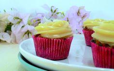cupcake de baunilha com cobertura de brigadeiro