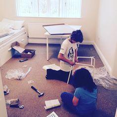 Una imagen ya habitual en casa:Hugo montando muebles de #ikea en este caso para la habitación de invitados. Al menos si no le van bien los estudios ya sabemos q se puede ganar bien la vida como montador de #ikea. Se le da fenomenal!