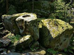 Runen und Opferschale der Keltenstein und die Kesselbodenquelle im Bayerischen Wald. In der Nähe von Prackenbach im Bayerischen Wald gibt es einen Felsen mit Runen und einer Opferschale er wird der Keltenstein genannt. Jeweils links und rechts der Opferschale ist eine Rune eingeschlagen. Entgegen der vielen falsch abgeschriebenen Deutungen im Internet fester Besitz und für Frauen verboten haben die Runen eine nicht so eindeutige Bedeutung was man auch bei Wikipedia nachschlagen kann. Die…