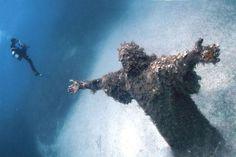 Cristo do Abismo, San Fruttuoso, Italia - Os 35 lugares abandonados mais bonitos do mundo {via mdig.com.br}