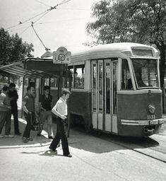 1972. Un Fiat PCC se detiene en Arturo Soria para recoger a viajeros.