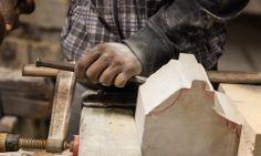 Steinmetz bei der Arbeit. Langsam aber stetig wird der Vorzeichnung mit Hammer und Meisel gefolgt und Stück für Stück abgetragen.