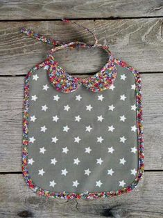 Bibs with collars! Sewing For Kids, Baby Sewing, Diy For Kids, Couture Bb, Couture Sewing, Sewing Crafts, Sewing Projects, Creation Couture, Baby Crafts