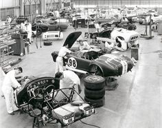 Mechanics on the production line at Shelby American Inc. in Los Angeles working on Cobra and Mustang GT 350 sports cars, September Manual labour. Ac Cobra, King Cobra, Vintage Racing, Vintage Cars, Vintage Auto, Vintage Ideas, Vintage Photos, Mustang Gt 350, Ford Mustang