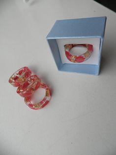 Hars ring. Ring gemaakt met rode bloemblaadjes en goud vlokken. Natuur ring. Stapelring. Bloemen ring. Hars sieraden.
