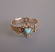 9ct turquoise and seed pearls ring, heart-shaped with links band design