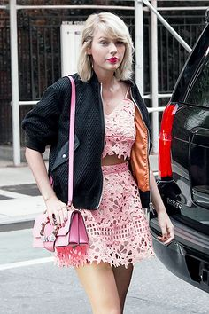Taylor Swift out for dinner in New York City on August 2016 Estilo Taylor Swift, Taylor Swift Concert, Taylor Swift Hot, Taylor Swift Style, Katy Perry Dress, Dramatic Hair, Laverne Cox, Taylor Swift Pictures, Mini Skirts