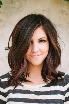 Chica usando un corte de cabello long bob con un tono de tinte de mehas de color