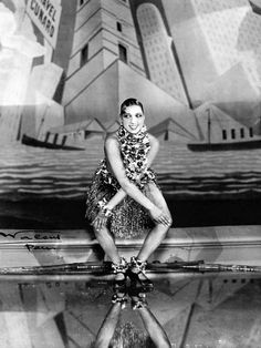 Josephine Baker dansant le charleston aux Folies Bergère à Paris lors de la Revue nègre en 1926 (photo de Walery).