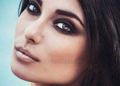 چشم های میشی گاهاً قهوه ای کمرنگ و گاهاً عسلی هستند و گاهی اوقات رگه هایی از سبز هم در آن ها وجود دارد و به همین دلیل با توجه به نوع آرایش و نوع لباس معمولاً رنگ آن ها هم کمی تغییر می کند. این رنگ زیبا در چشم ها خود زیباست ولی می توان با انجام یک میکاپ مناسب رنگ چشم ها را بهتر نشان داده و چشم ها را برجسته ترین نقطه صورت کرد. #گریم #آرایش #چشم_میشی