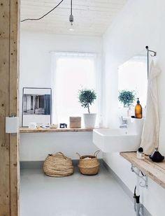 Les éternels rangements et petites étagères blanches de salle de bains m'eennuient. ici une longue étagère en bois brut sur 2 ou 3 murs de la salle de bains