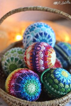 Les péripéties de Kaki au pays des loisirs créatifs. Crochet Stocking, Crochet Ornaments, Christmas Crochet Patterns, Crochet Christmas, Christmas Baubles, Holiday Ornaments, Christmas Crafts, Crochet Ball, Diy Crochet