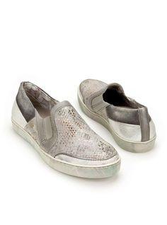 Mjus-265117   Durlinger Schoenen. Grijze instappers van Mjus. Het bovenwerk van deze Mjus damesschoenen is gemaakt van leer. De voering is gemaakt van een combinatie van leer en textiel.
